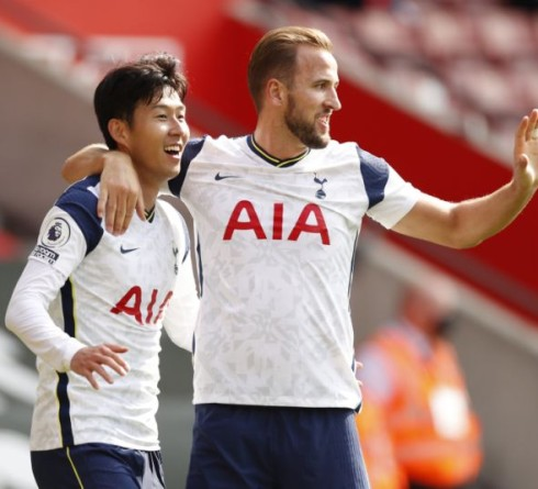 Soccer Football - Premier League - Southampton v Tottenham Hotspur - St Mary's Stadium, Southampton, Britain - September 20, 2020 Tottenham Hotspur's Son Heung-min celebrates with Harry Kane after scoring their third goal to complete his hat-trick Pool via REUTERS/Andrew Boyers EDITORIAL USE ONLY. No use with unauthorized audio, video, data, fixture lists, club/league logos or 'live' services. Online in-match use limited to 75 images, no video emulation. No use in betting, games or single club/league/player publications.  Please contact your account representative for further details. - UP1EG9K0YJV0S