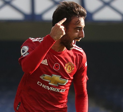 Manchester United's Portuguese midfielder Bruno Fernandes celebrates after scoring the equalising goal during the English Premier League football match between Everton and Manchester United at Goodison Park in Liverpool, north west England on November 7, 2020. (Photo by CARL RECINE / POOL / AFP) / RESTRICTED TO EDITORIAL USE. No use with unauthorized audio, video, data, fixture lists, club/league logos or 'live' services. Online in-match use limited to 120 images. An additional 40 images may be used in extra time. No video emulation. Social media in-match use limited to 120 images. An additional 40 images may be used in extra time. No use in betting publications, games or single club/league/player publications. /  (Photo by CARL RECINE/POOL/AFP via Getty Images)