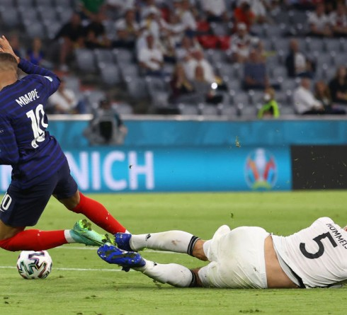 MUNICH, GERMANY - JUNE 15: Kylian Mbappe of France is challenged by Mats Hummels of Germany during the UEFA Euro 2020 Championship Group F match between France and Germany at Football Arena Munich on June 15, 2021 in Munich, Germany. (Photo by Kai Pfaffenbach - Pool/Getty Images)