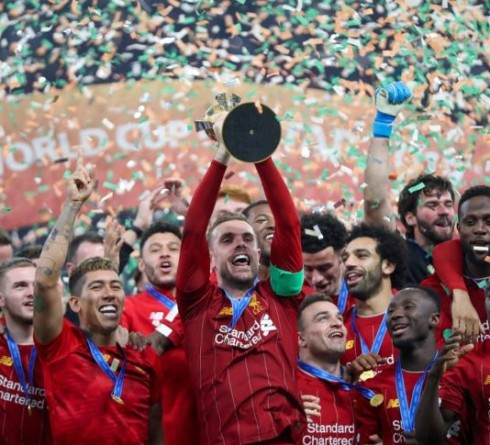 Liverpool's players lift the trophy following the 2019 FIFA Club World Cup Final football match between England's Liverpool and Brazil's Flamengo at the Khalifa International Stadium in the Qatari capital Doha on December 21, 2019. (Photo by KARIM JAAFAR / AFP)