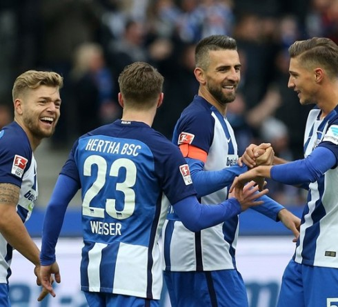 BERLIN, GERMANY - OCTOBER 22:  Vedad Ibisevic (C) of Berlin celebrates with team mates after scoring the first goal during the Bundesliga match between Hertha BSC and 1. FC Koeln at Olympiastadion on October 22, 2016 in Berlin, Germany. (Photo by Matthias Kern/Bongarts/Getty Images)